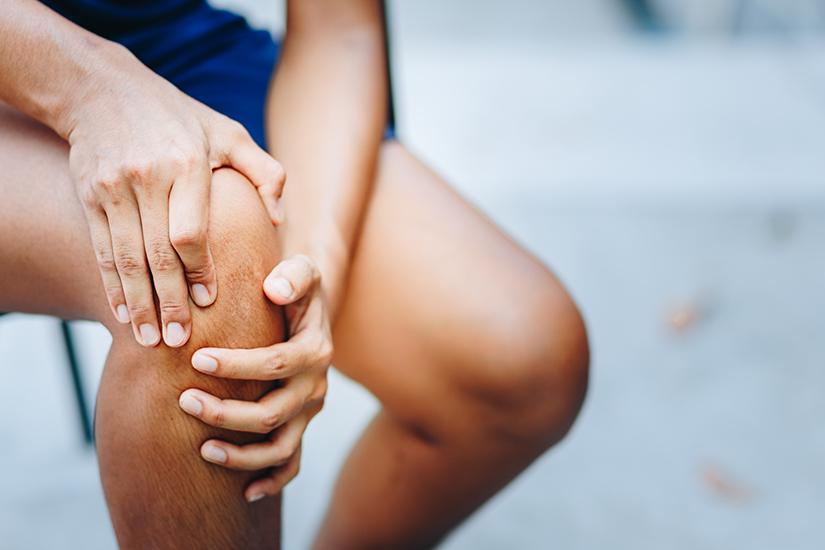 după o lungă plimbare, articulația genunchiului doare
